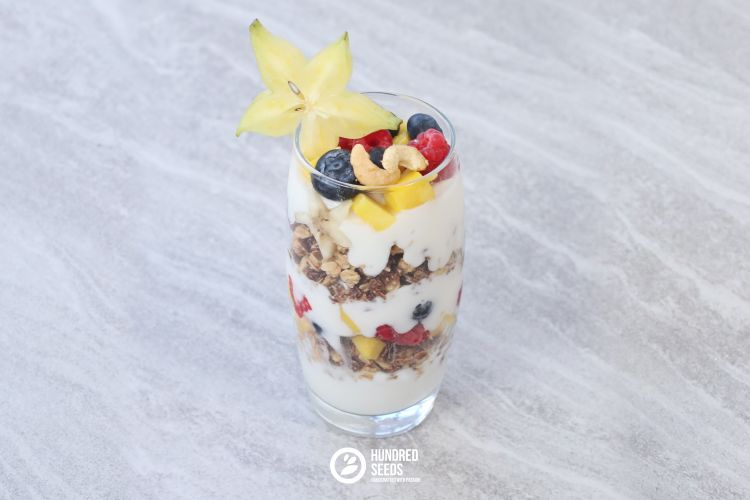 breakfast-parfait-with-berries